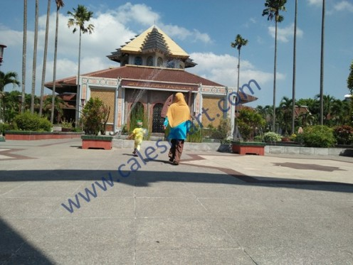 Bermain dan Jalan-jalan ke Masjid Kampus Universitas Gajah Mada Yogyakarta